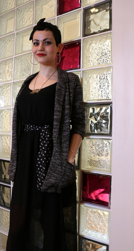 Robe noire, gilet gris et accessoires très tendance